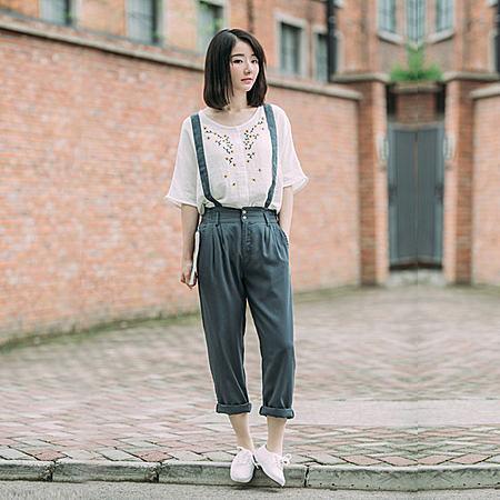 潮女搭配师  水墨印染的休闲背带裤,很有复古文艺范,棉麻的布料,柔软