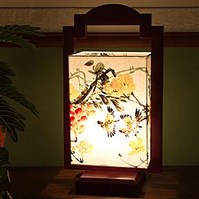 古典雅致的手绘花鸟图,加上复古的实木灯架,外观造型极具中国风韵味