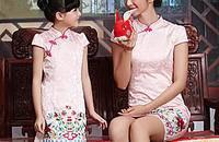 清新小女孩遇上国服旗袍,演绎出不同的淑女风味