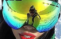 到户外滑雪,不要忘了戴上滑雪镜