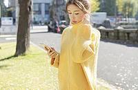 一抹纯黄,穿出冬日好心情