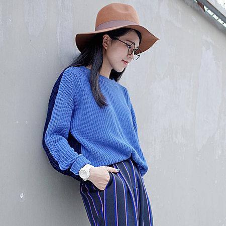 一款简约的蓝色毛衣