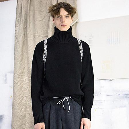 高领落肩袖黑色毛衣
